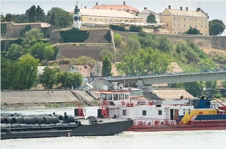 082-Novi-Sad-vrachtverkeer-op-Donau