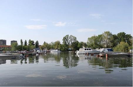 090-Novi-Sad-boten-op-Donau