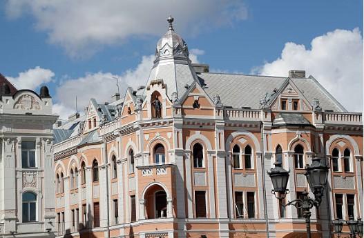 106-Novi-Sad-gebouw-met-ridderstandbeeld